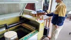 met de lasersnijder een BeeBnB bijenhotel lasergraveren