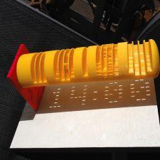 Deze zonnewijzer geeft elke 20 minuten de tijd aan in cijfers. De foto is genomen om 14.00u.